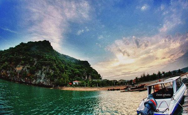 Bái Tử Long là một vịnh của Việt Nam, nằm trong vịnh Bắc Bộ, ở vùng Đông Bắc của Việt Nam. Vịnh Bái Tử Long bao gồm một vùng biển của thành phố Hạ Long