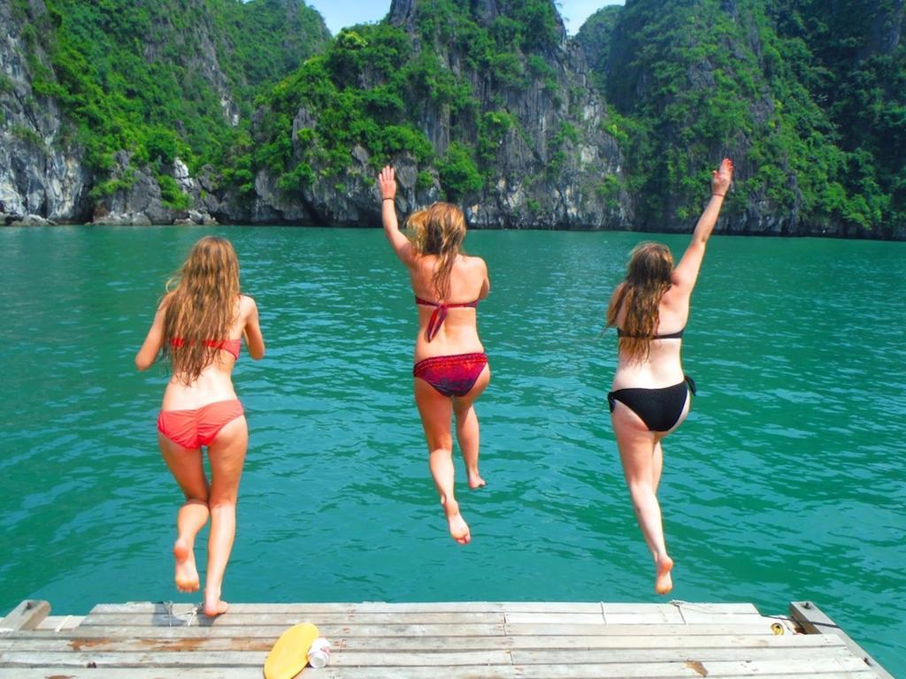 Du khách tắm trên Vịnh Hạ Long